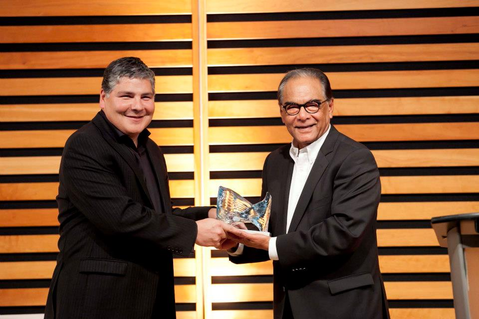 Oscar Jofre (left) receives the Visionary Award from the Toronto Hispanic Chamber of Commernce (THCC photo)